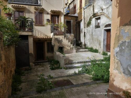 Centro storico di Agrigento: cortile in prossimità di vicolo Ferlisi