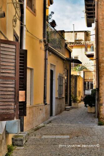 Centro storico di Agrigento: cortile in prossimità di Salita F. Sala