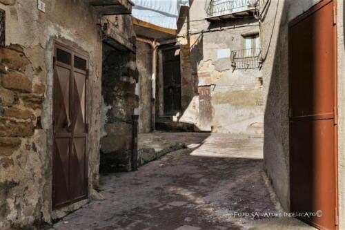 Centro storico di Agrigento: cortile in prossimità di Vicolo Notonica