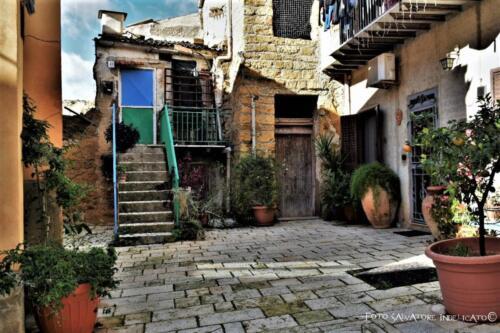 Centro storico di Agrigento: cortile in prossimità di via Raccomandata angolo via Spoto